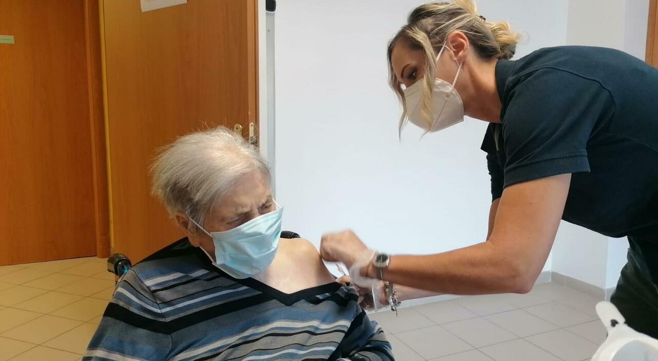 Lazio, terza dose di vaccino per 140mila. D Amato: «Stop ai limiti»
