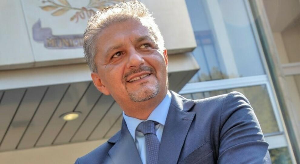 Milano, «mascherine a parenti e amici anziché a Rsa e farmacie»: arrestato il sindaco di Opera