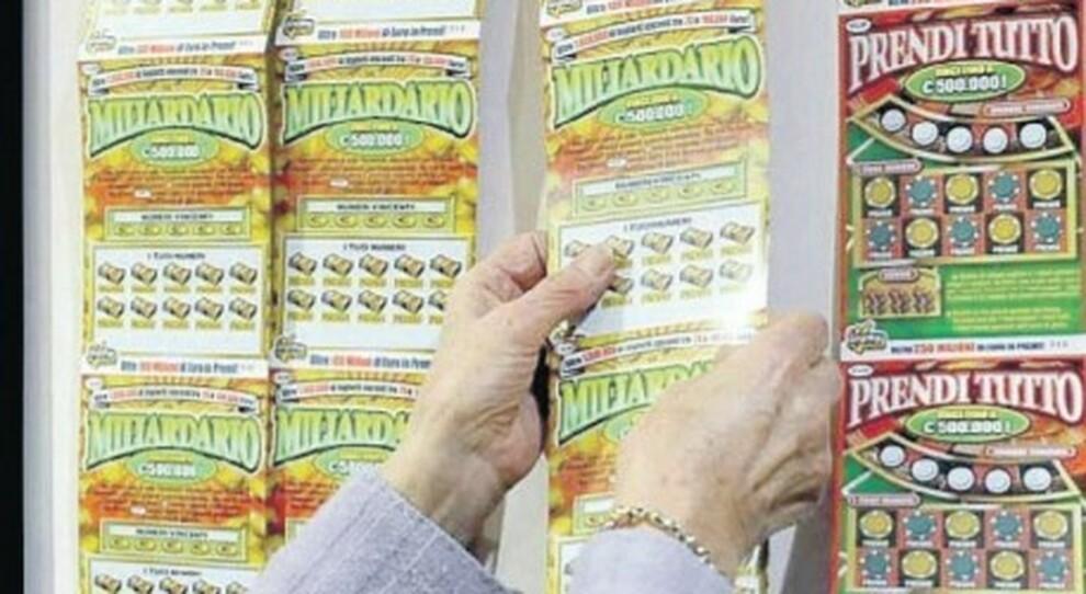 Gratta e Vinci, indicavano ai parenti i biglietti fortunati: «Stappi lo champagne?». Maxi-truffa da 27 milioni