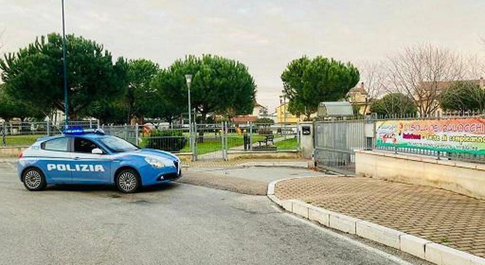 Pescara: vede la Polizia e butta la droga a terra, nel parco, davanti ai bambini