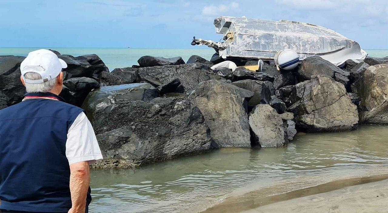 """Fiumicino, barca di 4 metri spinta dal mare sopra alla scogliera davanti al chiosco """"Reef"""""""
