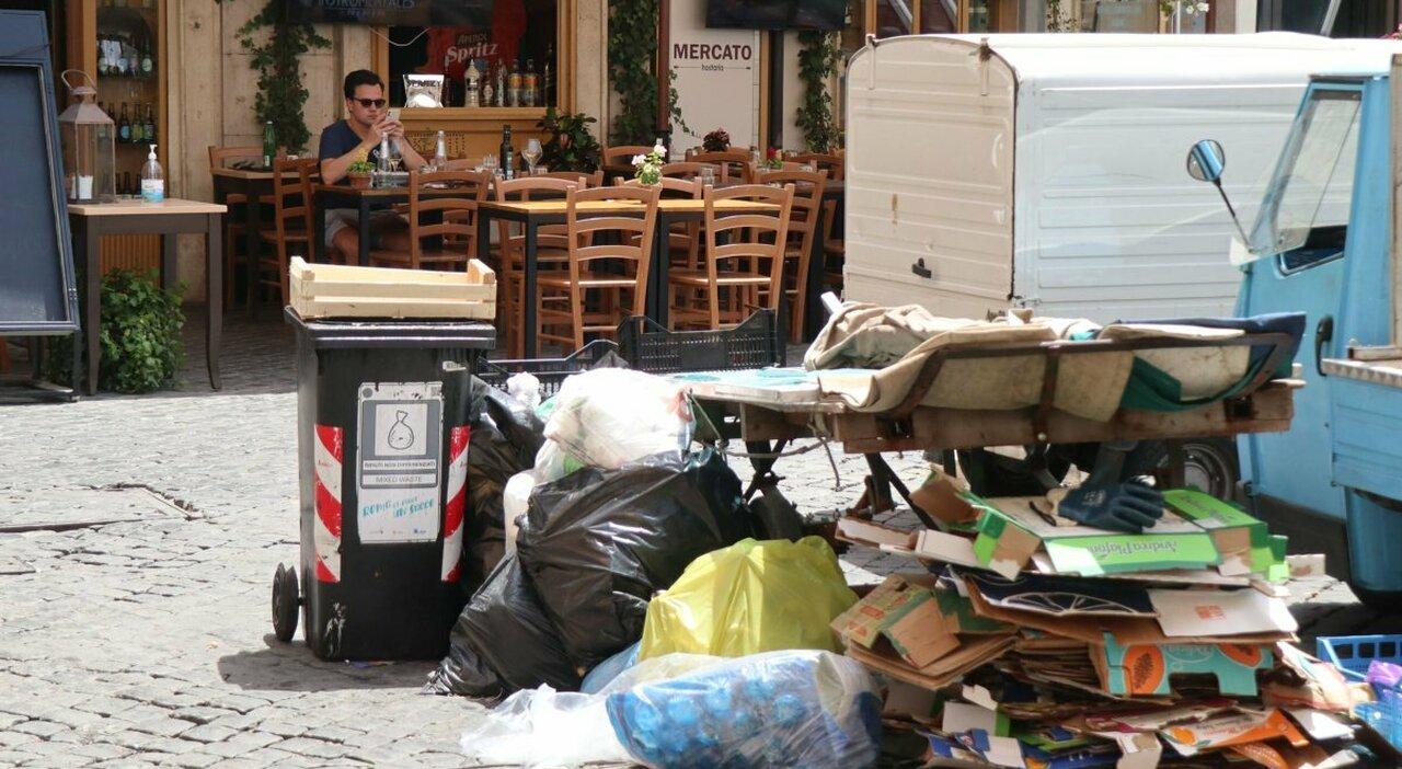 Rifiuti a Roma, clienti in fuga dai ristoranti: «Troppi miasmi al tavolo»