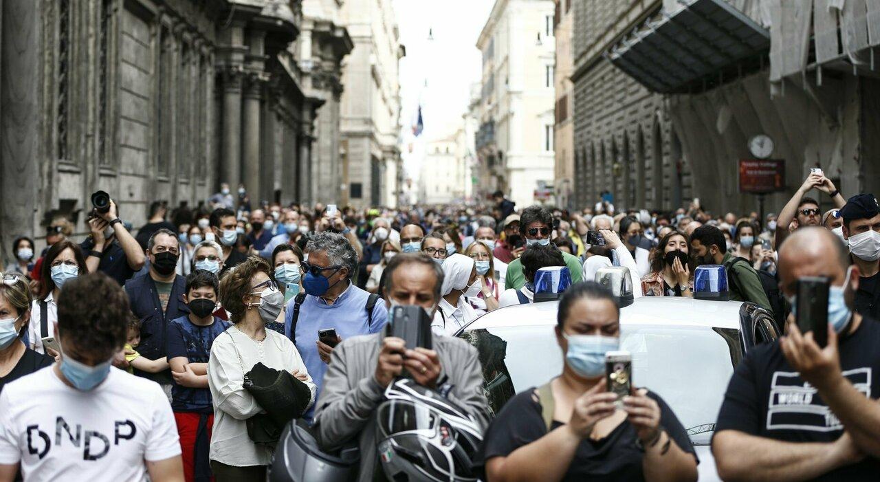 Coprifuoco e mascherine, quali rischi se scatta il liberi tutti? Domande e risposte
