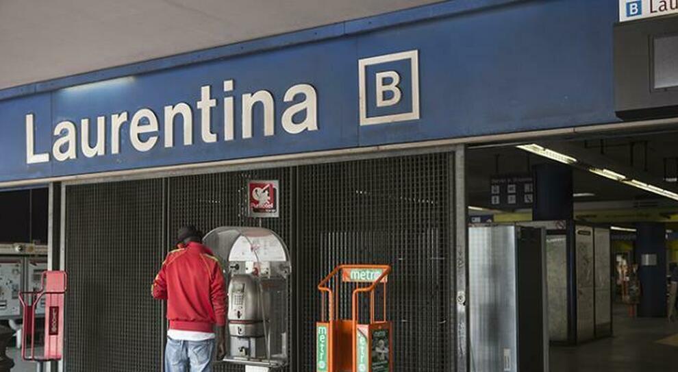 Roma, un uomo armato sulla linea B: paura in metropolitana. Dormiva con una pistola tra le mani