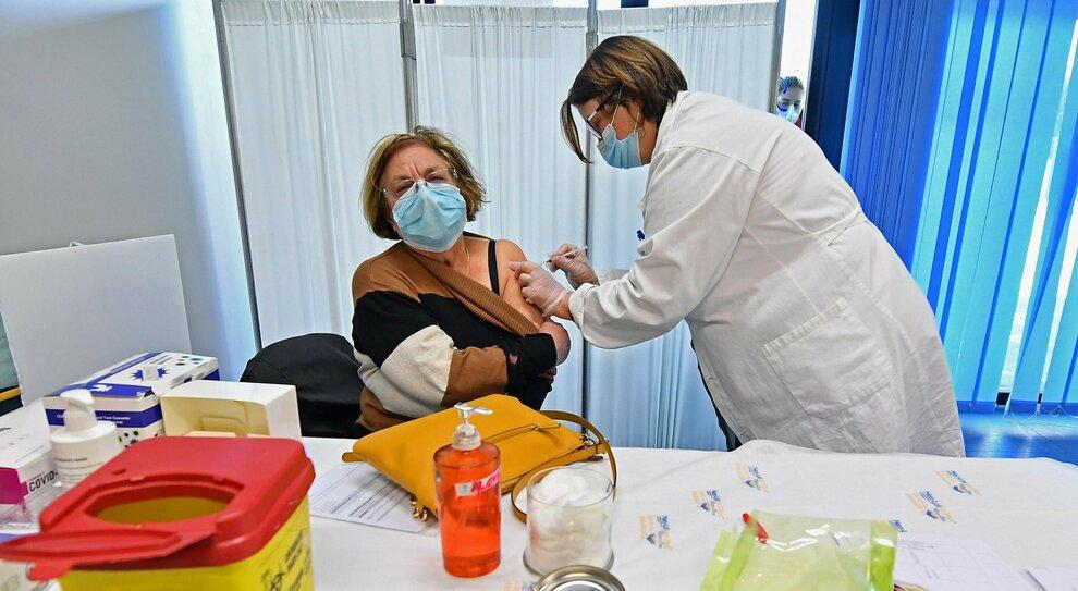 Vaccini, nel Lazio dal 27 marzo inizia la prenotazione per chi ha 68 e 69 anni