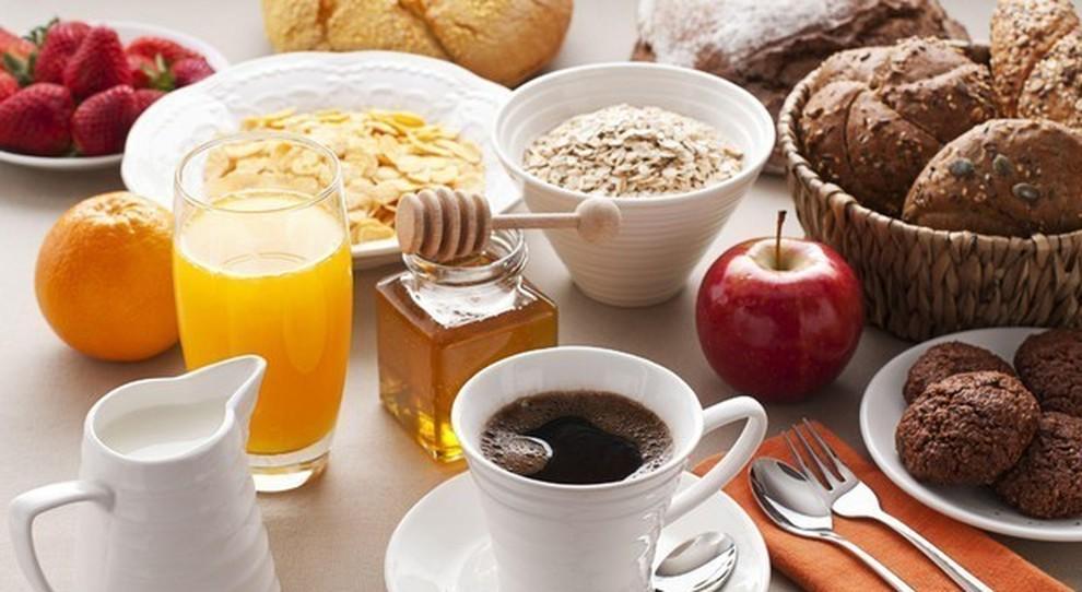 Dieta, si dimagrisce mangiando più a colazione che a cena