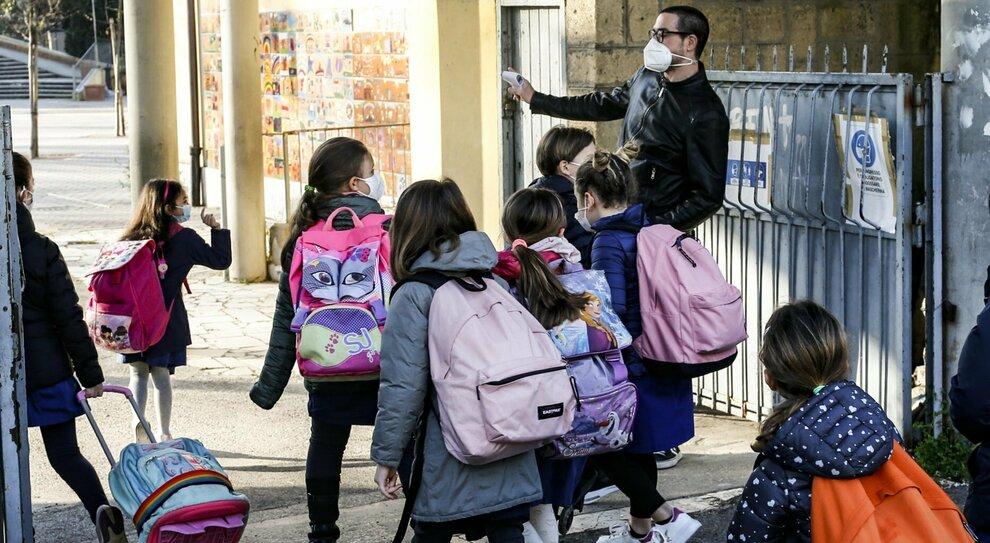 Vaccini Lazio, allarme dei presidi: «Troppi docenti senza dosi». Chiuse due scuole