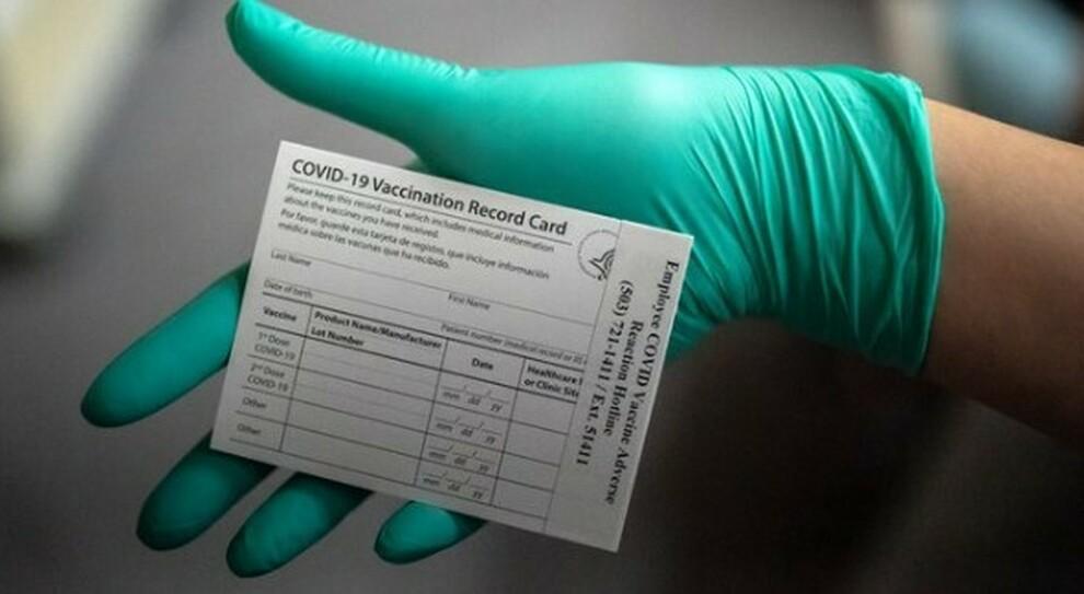 Vaccini, allarme della polizia: «Non condividete sui social la vostra scheda, così online rivendono false somministrazioni»