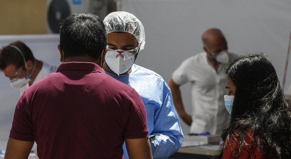 Coronavirus, a Dacca il business dei test falsi: «Venduti anche nelle copisterie»