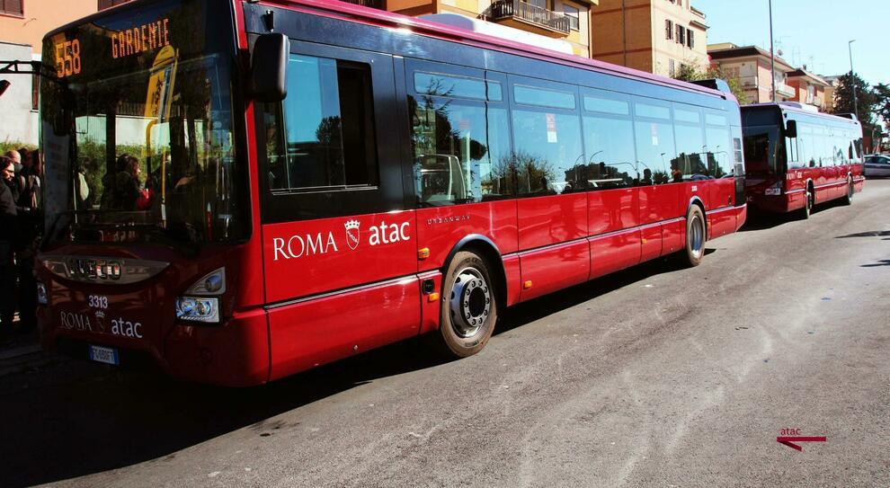 Roma, lite e paura: «C'è un ragazzo ferito a bordo». E il bus lo porta in ospedale