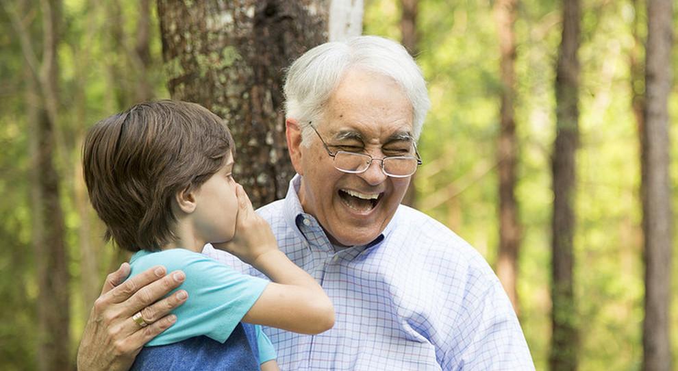 Nonni, ecco il bonus baby-sitter: requisiti (non devono essere conviventi), regole e scadenze