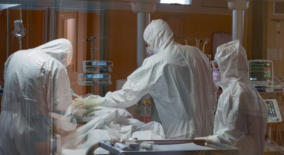 Virus, più casi tra le donne ma meno morti: uomini il 75% delle vittime dai 40 ai 59 anni