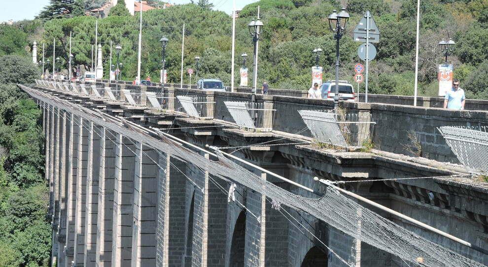 Ariccia, si lancia dal ponte a 14 anni. «Soffriva anche per il Covid»