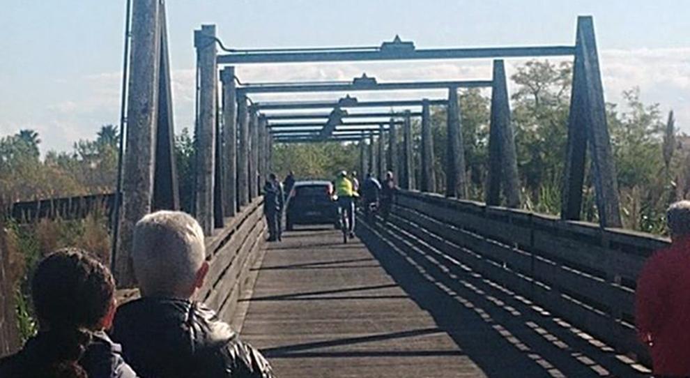 Auto Attraversa Il Ponte Ciclopedonale Di Legno Inseguita Riesce A Fuggire