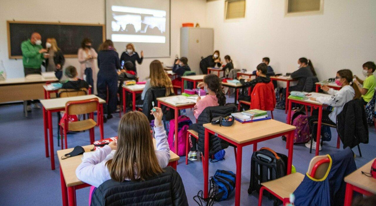 Scuola, dai docenti via libera al Green pass: «Ma servono più aule»