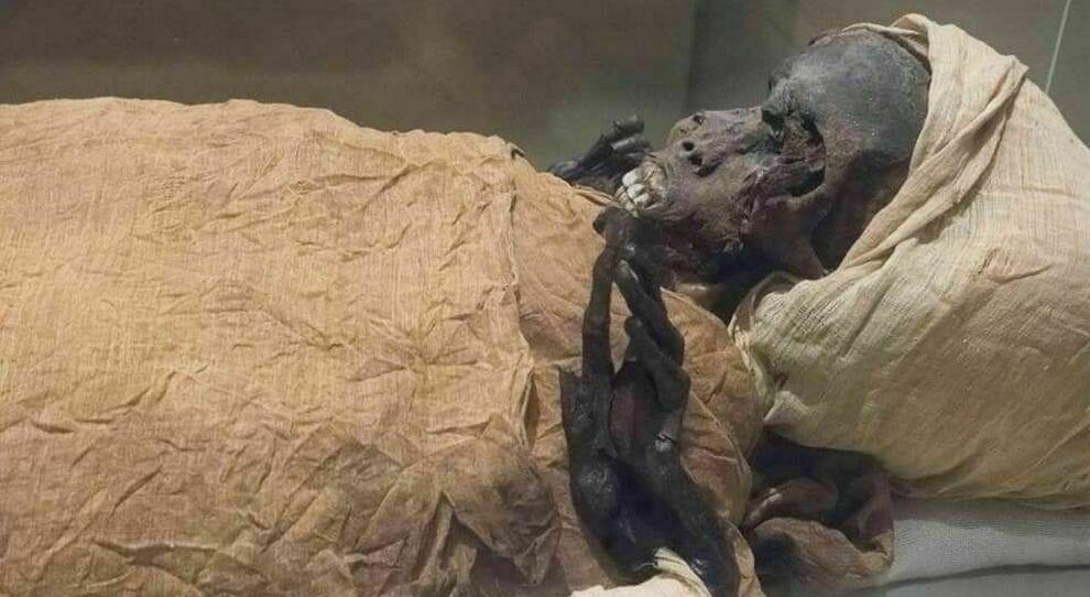 nella foto la Mummia del Faraone tratta dalla Pagina Facebook del Dr. ZAHI HAWASS