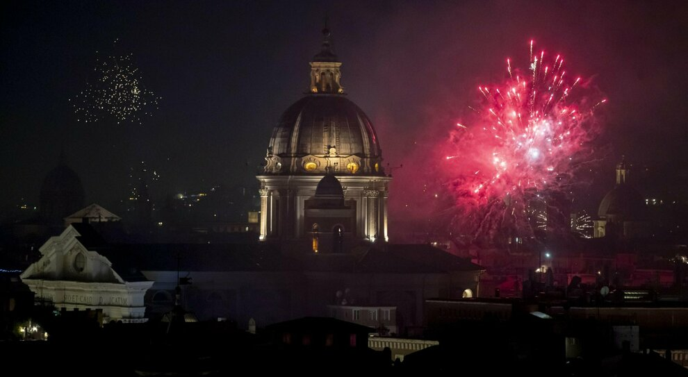 Roma, festa di Capodanno nell'albergo del centro con cena e balli, ma arriva la polizia: 27 persone multate
