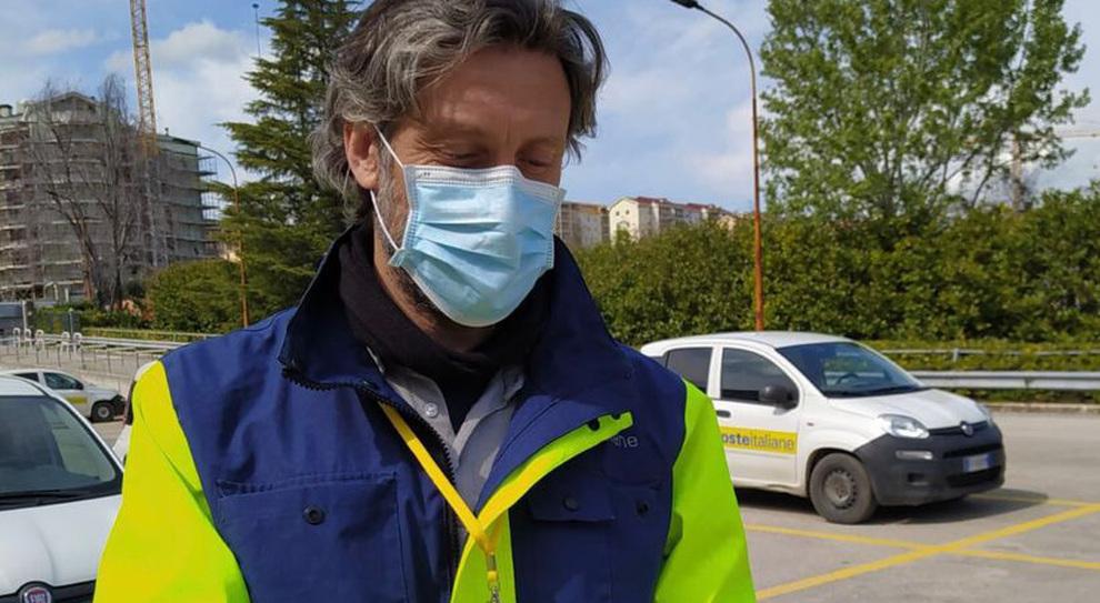 Vaccini, il postino Andrea prenota gli over 60 che incontra per strada