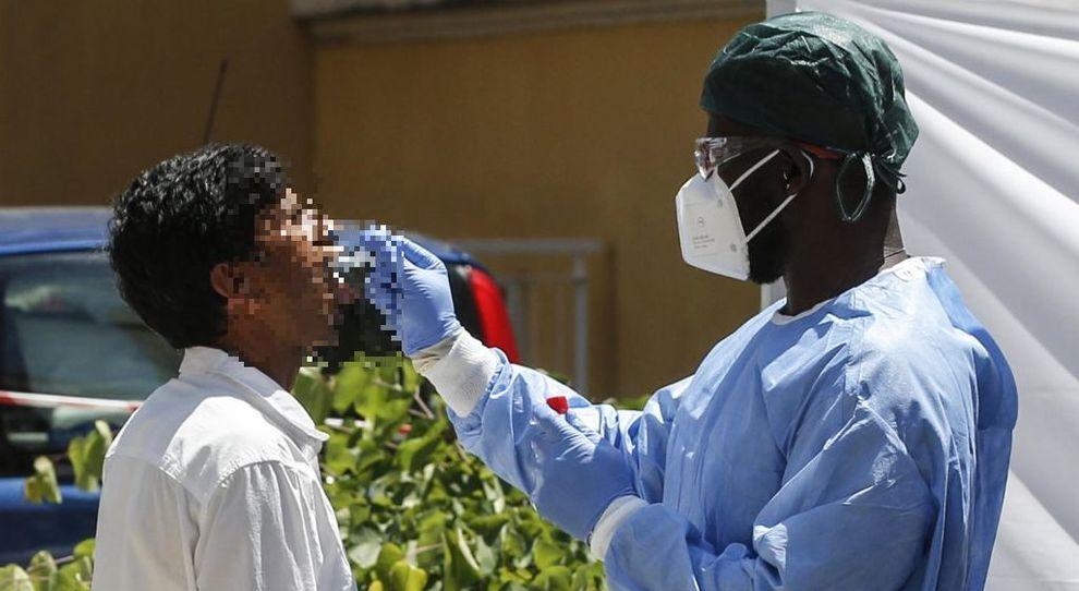 Coronavirus, sbarca dal Bangladesh positivo e con la tosse ma viaggia in treno: il flop dell'auto-isolamento