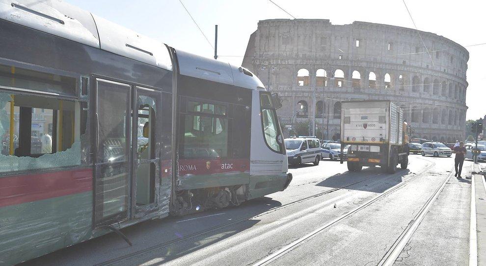 Tram deragliato al Colosseo