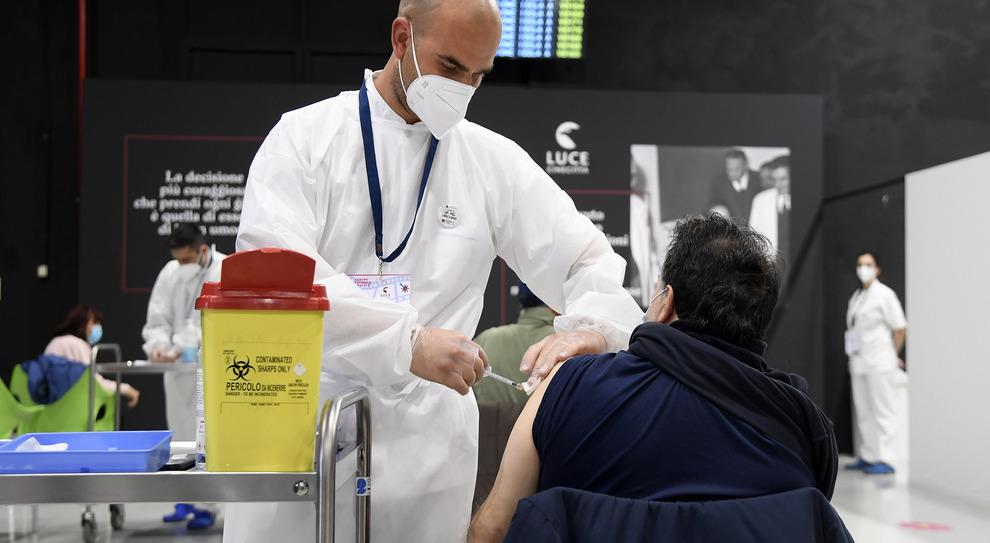 Vaccini Lazio, aprono le prenotazioni per cinque nuovi centri: orari, numeri e farmaco somministrato