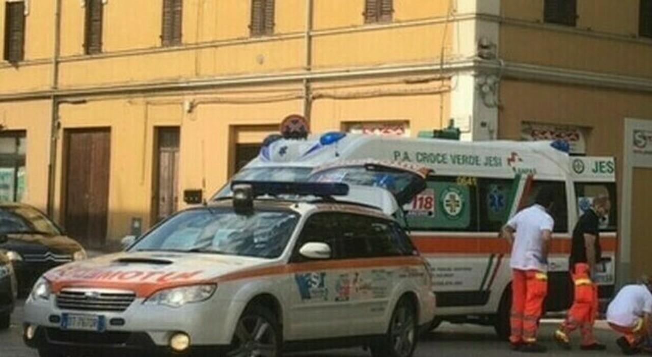 Mangia un pezzo di pizza nel panificio e muore soffocato: arresto respiratorio