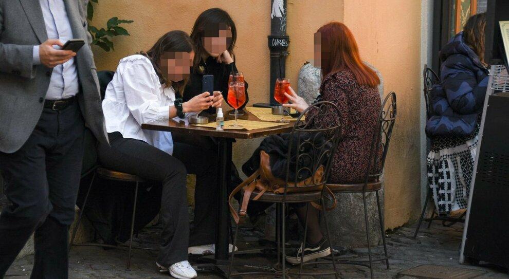 Un ristorante con qualcuno a tavola in Cetro
