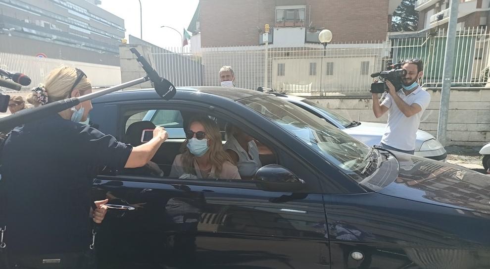 Viola Giorgini in auto dopo la testimonianza in tribunale