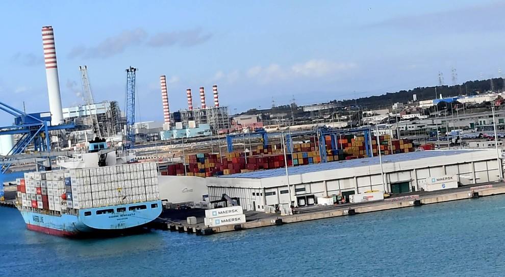 La banchina 24, dove il Cfft scarica i container con le banane e altri prodotti dell'ortofrutta (Foto Luciano Giobbi)