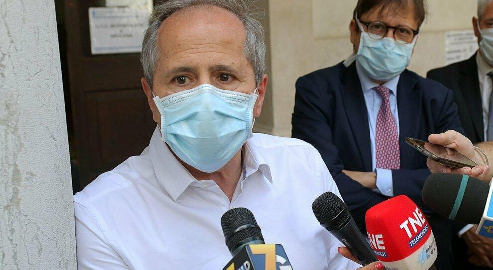 Coronavirus, Crisanti: «Follia lasciare tutto aperto, così si raddoppiano i casi»