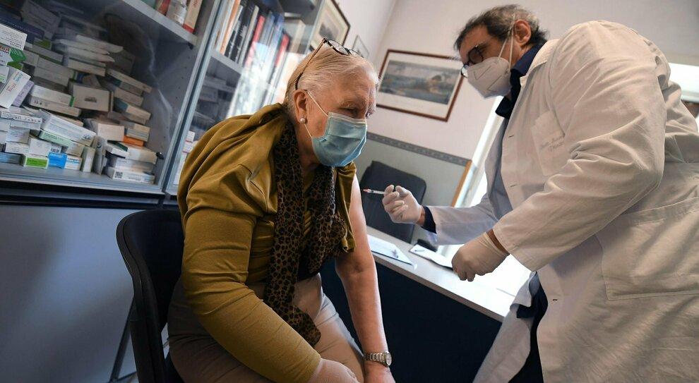 Vaccini, due milioni di anziani aspettano ancora la prima dose: tutti i numeri del piano nazionale