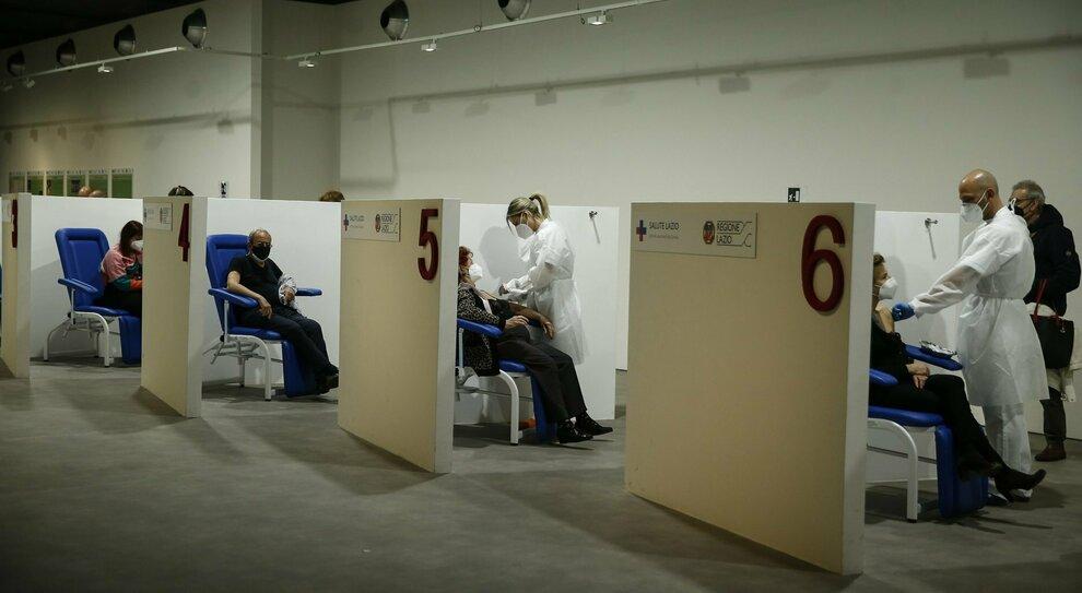 Vaccini, nel Lazio sprint sugli 80enni. Pass dopo la seconda dose