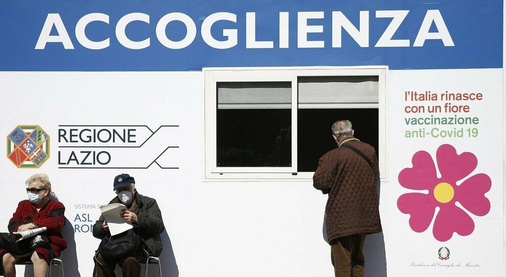 Vaccini Lazio, chi si può prenotare, come e per quale vaccino. D'Amato: «A Pasqua si continua»