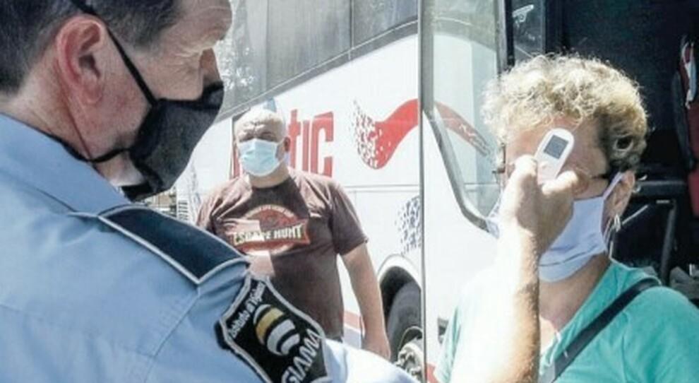 Virus, verifiche su romeni e bulgari. Tiburtina, controlli a metà: test sui bus ma non alla stazione