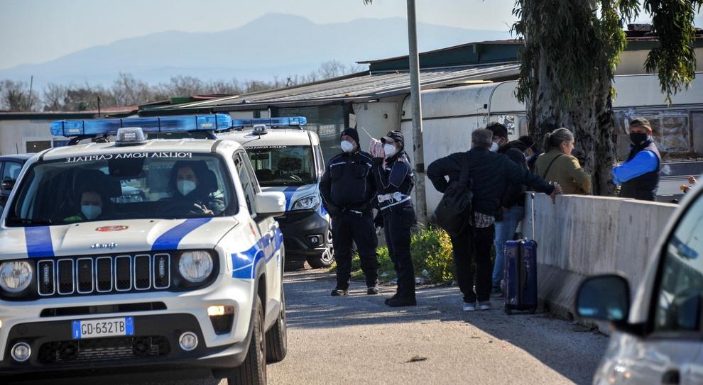 Roma, campo rom sgomberato, famiglie nel Covid hotel. La Regione: «Assurdo»