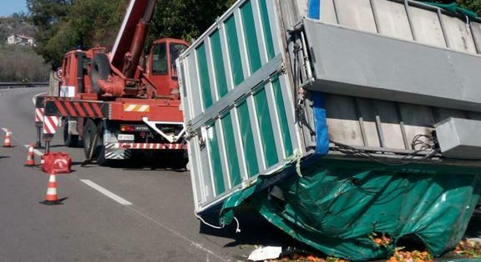 Si ribalta camion di frutta e verdura: sei ore per liberare la strada. Illeso l'autista marocchino