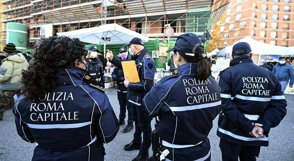 Roma, «vigili nelle case contro le feste». La linea dura del Campidoglio: nel mirino anche b&b e hotel