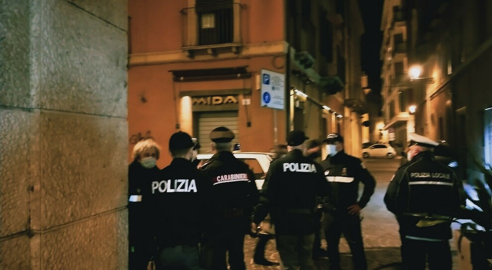Covid, resta aperto dopo le 18: multato il bar Duomo