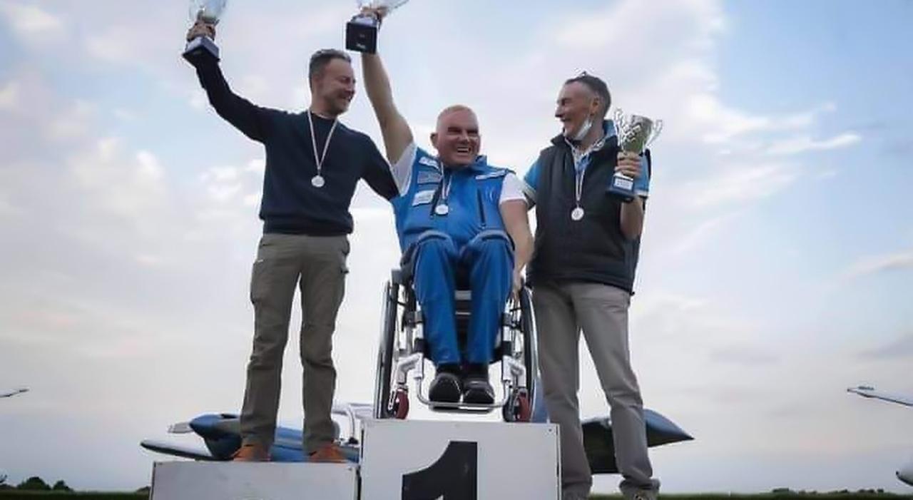 Disabile diventa campione di volo acrobatico. «Guido l'aliante con il cuore»