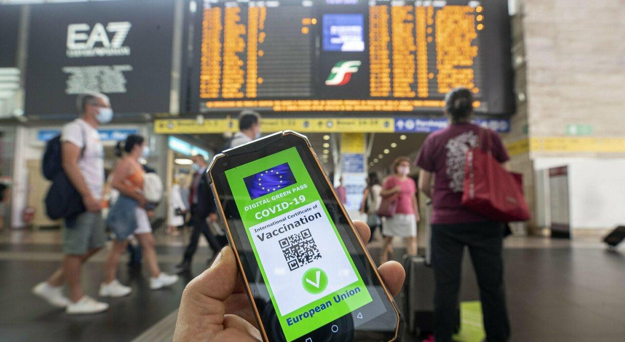 Green pass: per aerei, treni e navi necessarie due dosi. Le regole, dai ristoranti alle discoteche