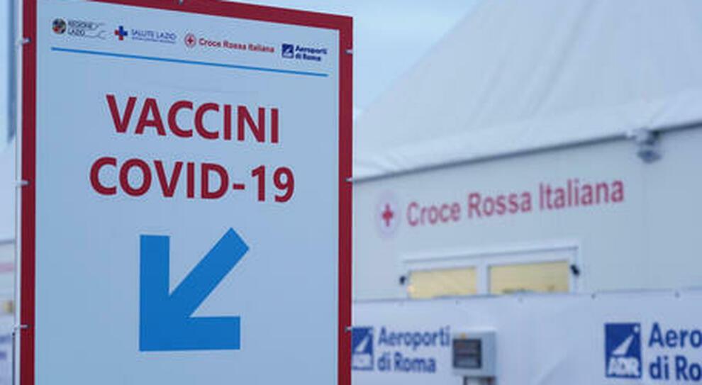 Vaccini over 40 nel Lazio, Open night negli hub: 20 mila dosi fino alle 24