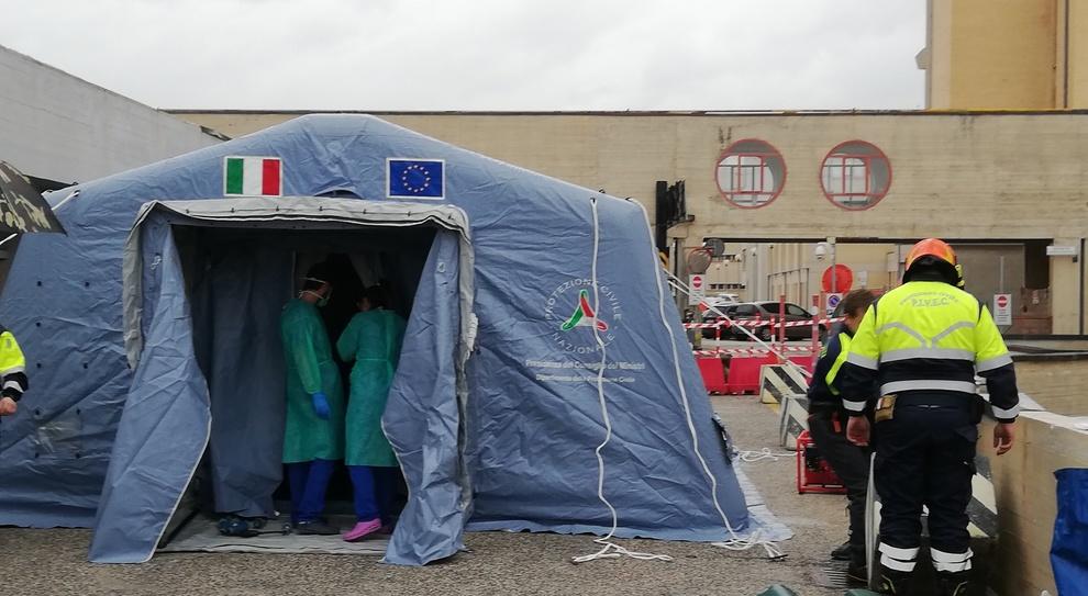 La tenda montata fuori dall'ospedale dell'Aquila (Foto Vitturini)