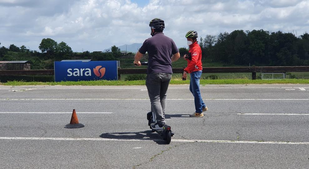 Monopattini, slalom e curve: a Vallelunga la prima scuola guida per i veicoli elettrici
