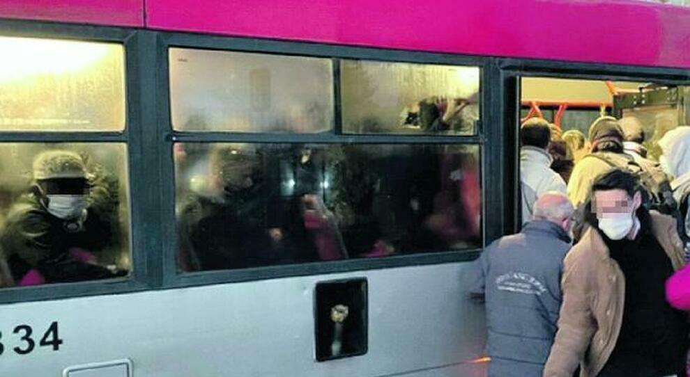 Roma, niente pulizie ai capolinea: «Così bus a rischio contagio»