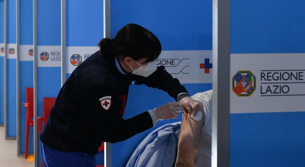 Lazio, vaccino agli over 55: ecco le nuove date. Sì alle dosi AstraZeneca