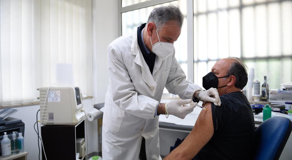 Vaccino dal medico di famiglia? Sì, ma non per tutti: ok in Lazio,Toscana, Liguria, Veneto e Campania