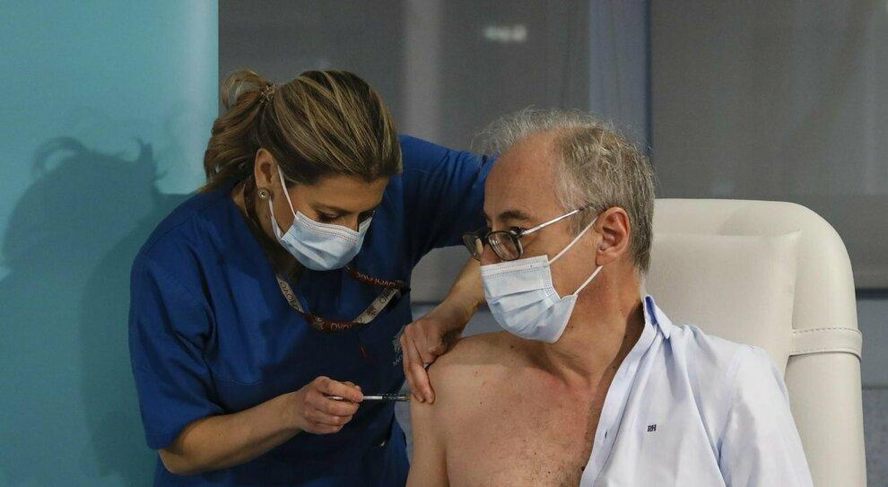Covid, vaccino: dagli effetti collaterali alla somministrazione in gravidanza o agli allergici. Tutte le risposte alle domande e dubbi