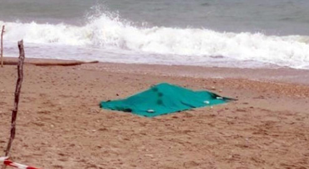 Corpo senza nome in spiaggia: forse è una turista ceca, scomparso il compagno
