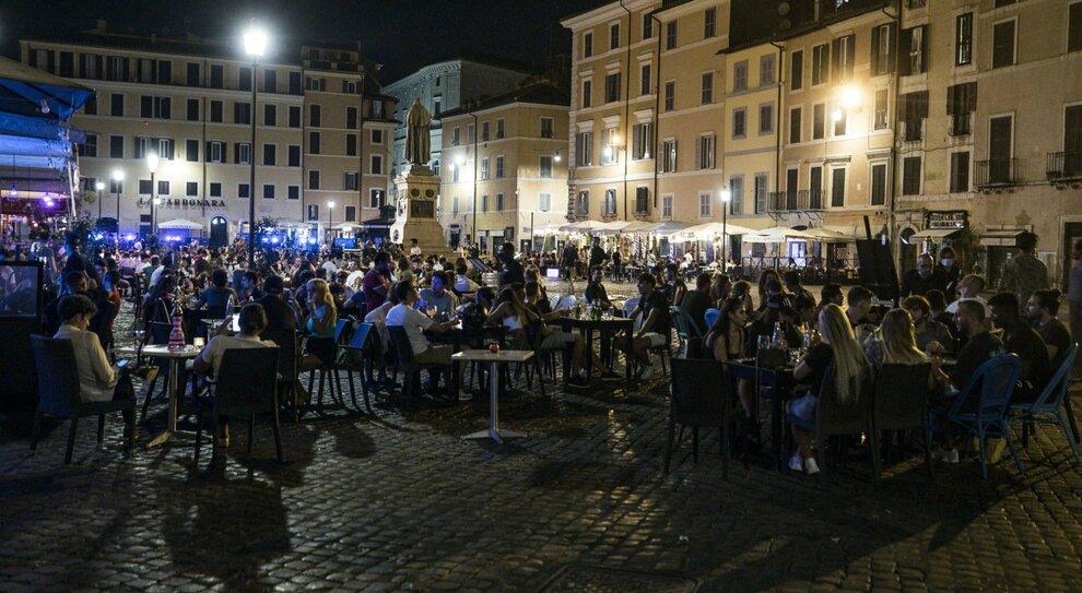 Covid a Roma, piazze off limits ma stretta a metà: luoghi affollati non vietati, solo transenne