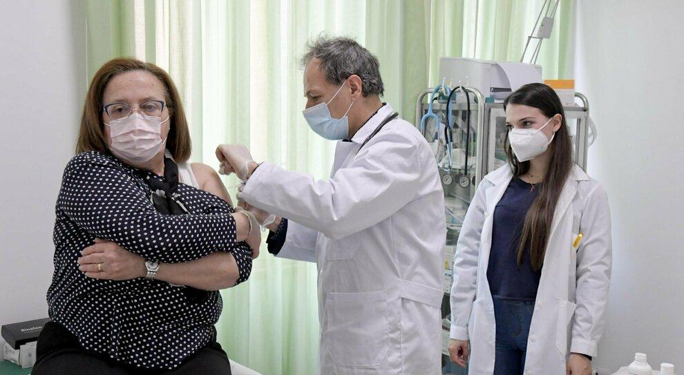 Vaccino, medici di base a Roma senza senza dosi: «Sospese le somministrazioni»